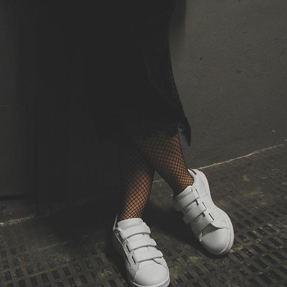 15-colgadas-de-una-percha-carla-kissler-velvet-slip-dress-vestido-lencero-terciopelo-chaqueta-perfecto-jacket-medias-rejilla-fishnets-6