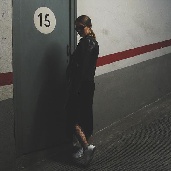 15-colgadas-de-una-percha-carla-kissler-velvet-slip-dress-vestido-lencero-terciopelo-chaqueta-perfecto-jacket-medias-rejilla-fishnets-7