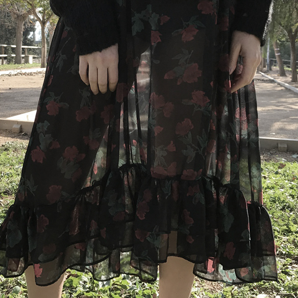 15-colgadas-de-una-percha-alicia-alvarez-vestido-flores-translucido-translucent-floral-dress-jumper-jersey-sandals-sandalias-5