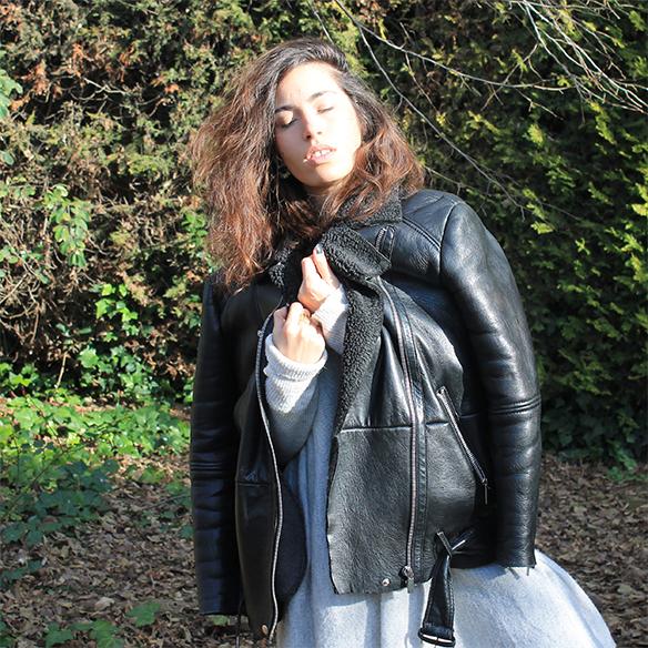 15-colgadas-de-una-percha-blanche-gris-grey-ripped-jeans-chaqueta-borreguito-skinsheep-jacket-3