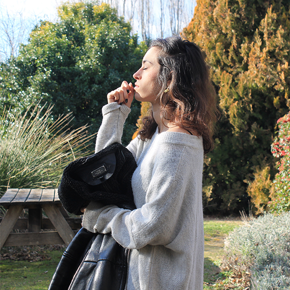 15-colgadas-de-una-percha-blanche-gris-grey-ripped-jeans-chaqueta-borreguito-skinsheep-jacket-7