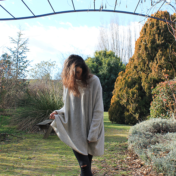 15-colgadas-de-una-percha-blanche-gris-grey-ripped-jeans-chaqueta-borreguito-skinsheep-jacket-8