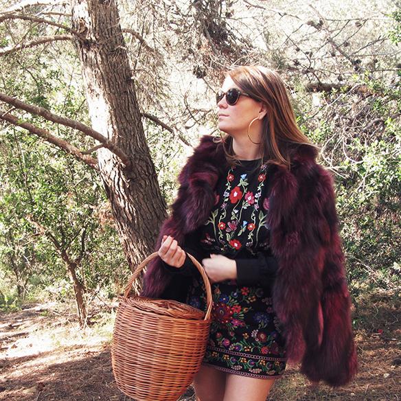 15-colgadas-de-una-percha-carla-kissler-flores-bordadas-embroidered-flowers-chaqueta-pelos-burdeos-burgundy-fur-jacket-cesto-mimbre-wicker-basket-booties-botines-1