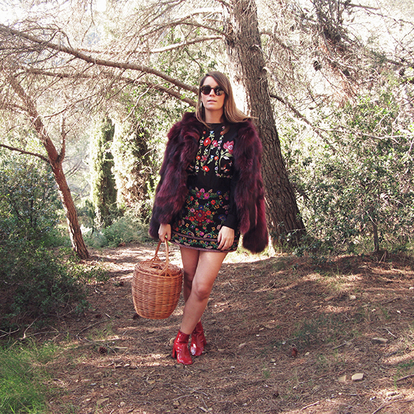 15-colgadas-de-una-percha-carla-kissler-flores-bordadas-embroidered-flowers-chaqueta-pelos-burdeos-burgundy-fur-jacket-cesto-mimbre-wicker-basket-booties-botines-10