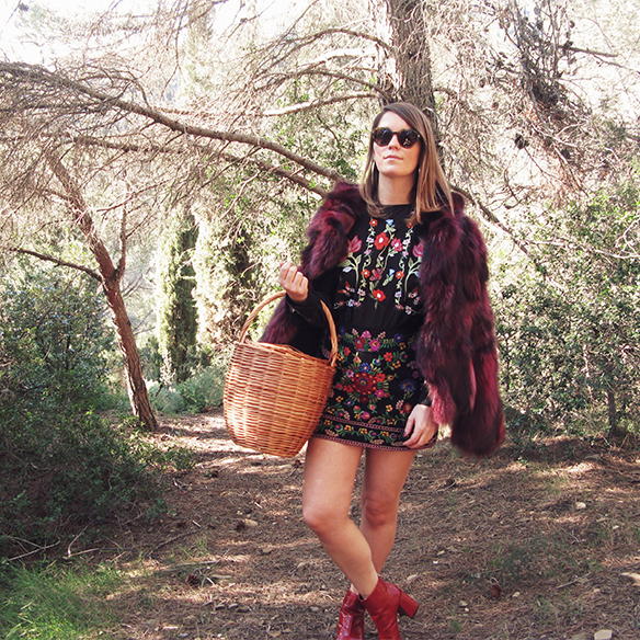 15-colgadas-de-una-percha-carla-kissler-flores-bordadas-embroidered-flowers-chaqueta-pelos-burdeos-burgundy-fur-jacket-cesto-mimbre-wicker-basket-booties-botines-2