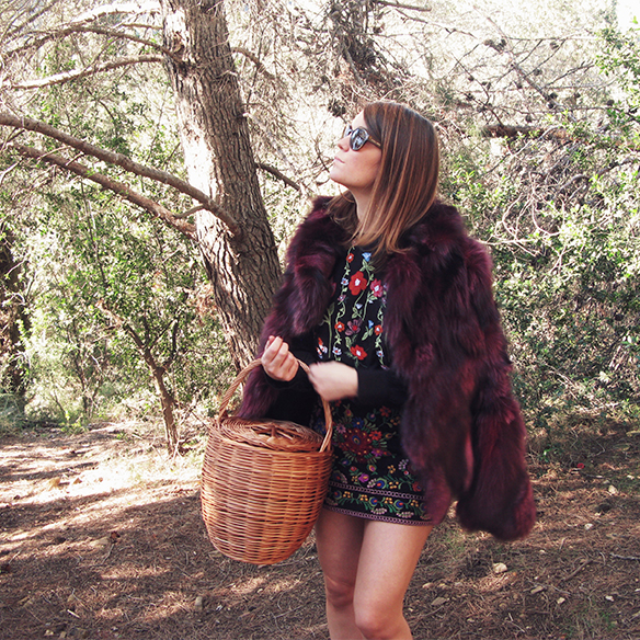 15-colgadas-de-una-percha-carla-kissler-flores-bordadas-embroidered-flowers-chaqueta-pelos-burdeos-burgundy-fur-jacket-cesto-mimbre-wicker-basket-booties-botines-3
