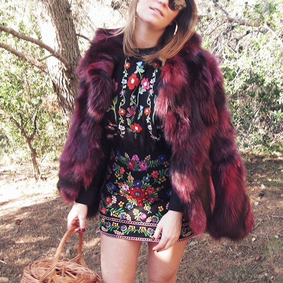 15-colgadas-de-una-percha-carla-kissler-flores-bordadas-embroidered-flowers-chaqueta-pelos-burdeos-burgundy-fur-jacket-cesto-mimbre-wicker-basket-booties-botines-4