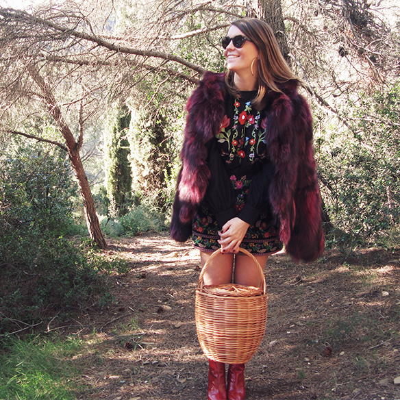 15-colgadas-de-una-percha-carla-kissler-flores-bordadas-embroidered-flowers-chaqueta-pelos-burdeos-burgundy-fur-jacket-cesto-mimbre-wicker-basket-booties-botines-7