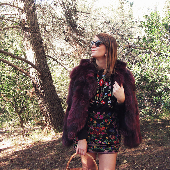 15-colgadas-de-una-percha-carla-kissler-flores-bordadas-embroidered-flowers-chaqueta-pelos-burdeos-burgundy-fur-jacket-cesto-mimbre-wicker-basket-booties-botines-9