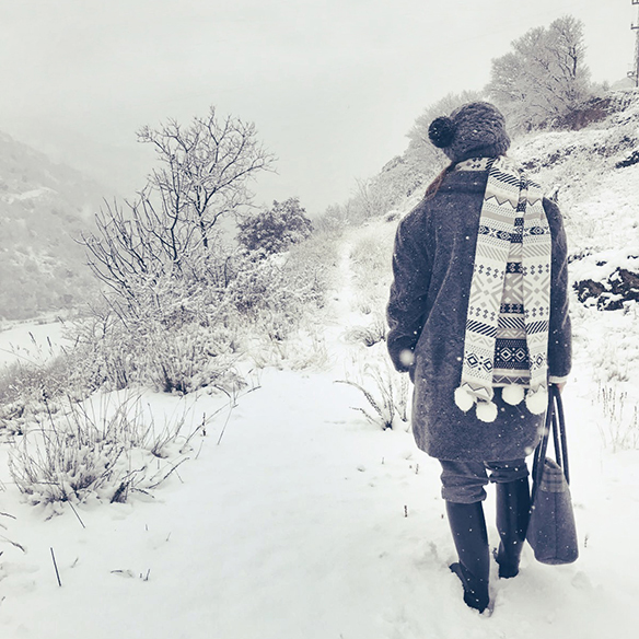 15-colgadas-de-una-percha-carla-kissler-maxi-jersey-gris-grey-maxi-jumper-bufanda-scarf-gorro-cap-botas-boots-felpa-plush-7