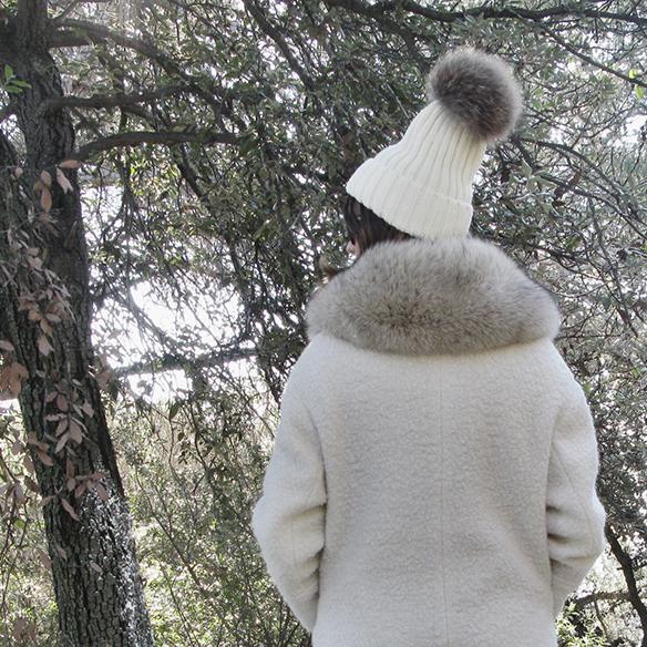 15-colgadas-de-una-percha-carla-kissler-white-teddy-coat-blanco-gorro-cap-estola-pelo-fur-stole-botas-uggs-booties-tretze-sabates-treze-9