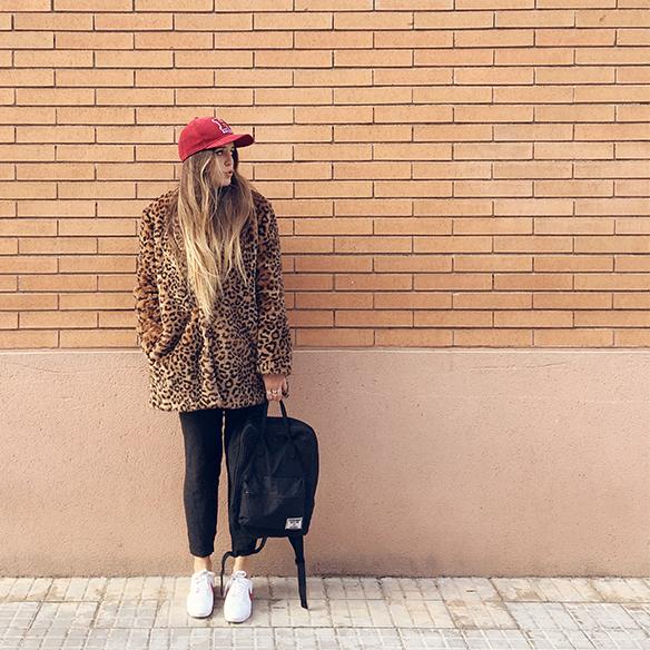 15-colgadas-de-una-percha-anna-duarte-animal-print-leopard-coat-abrigo-leopardo-gorra-pana-corduroy-cap-joggings-bambas-trainers-3