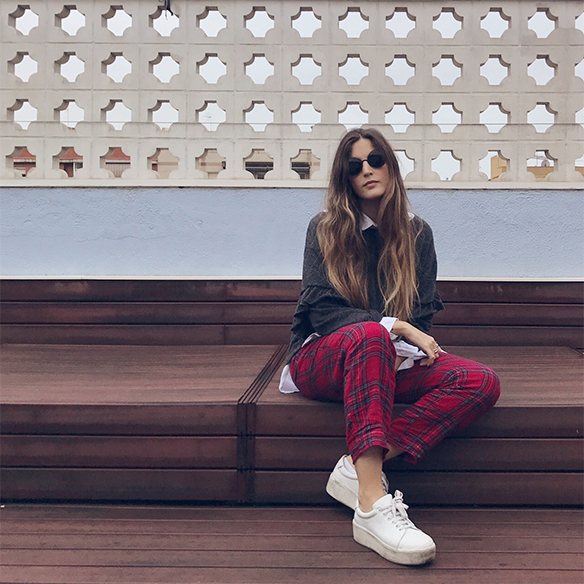 15-colgadas-de-una-percha-anna-duarte-red-plaid-flannel-cropped-trousers-pantalones-plaid-franela-rojos-camisa-shirt-jersey-volantes-frilled-jumper-bambas-trainers-1