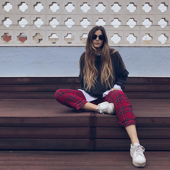 15-colgadas-de-una-percha-anna-duarte-red-plaid-flannel-cropped-trousers-pantalones-plaid-franela-rojos-camisa-shirt-jersey-volantes-frilled-jumper-bambas-trainers-10