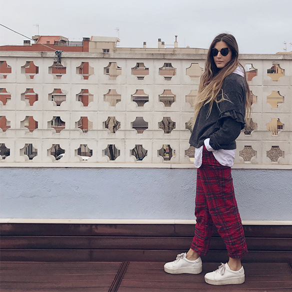15-colgadas-de-una-percha-anna-duarte-red-plaid-flannel-cropped-trousers-pantalones-plaid-franela-rojos-camisa-shirt-jersey-volantes-frilled-jumper-bambas-trainers-4