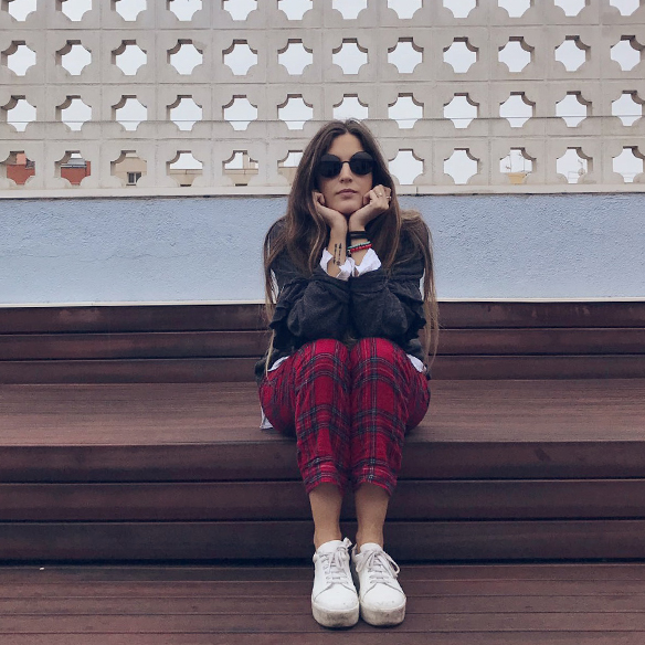 15-colgadas-de-una-percha-anna-duarte-red-plaid-flannel-cropped-trousers-pantalones-plaid-franela-rojos-camisa-shirt-jersey-volantes-frilled-jumper-bambas-trainers-5