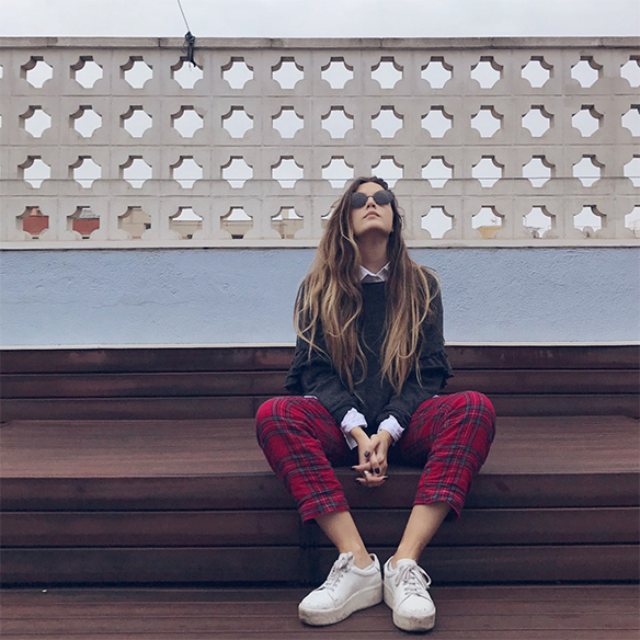 15-colgadas-de-una-percha-anna-duarte-red-plaid-flannel-cropped-trousers-pantalones-plaid-franela-rojos-camisa-shirt-jersey-volantes-frilled-jumper-bambas-trainers-6