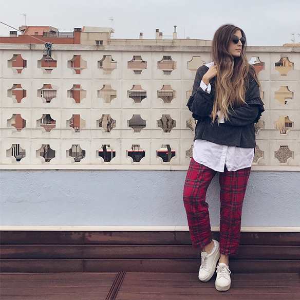 15-colgadas-de-una-percha-anna-duarte-red-plaid-flannel-cropped-trousers-pantalones-plaid-franela-rojos-camisa-shirt-jersey-volantes-frilled-jumper-bambas-trainers-7