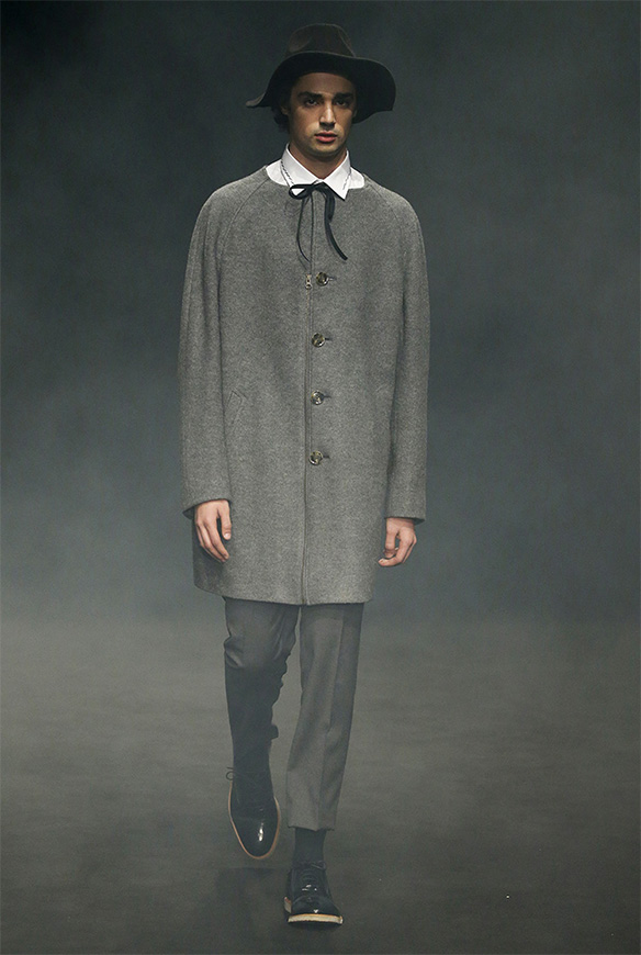 15-colgadas-de-una-percha-las-sorpresas-de-la-080-bcn-fashion-moda-barcelona-desfile-antonio-miro-2