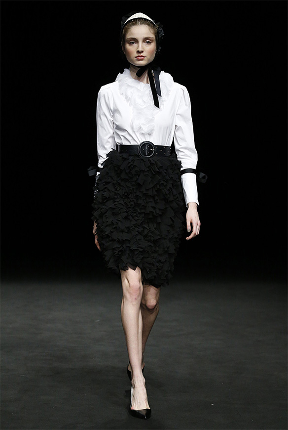 15-colgadas-de-una-percha-las-sorpresas-de-la-080-bcn-fashion-moda-barcelona-desfile-antonio-miro-8