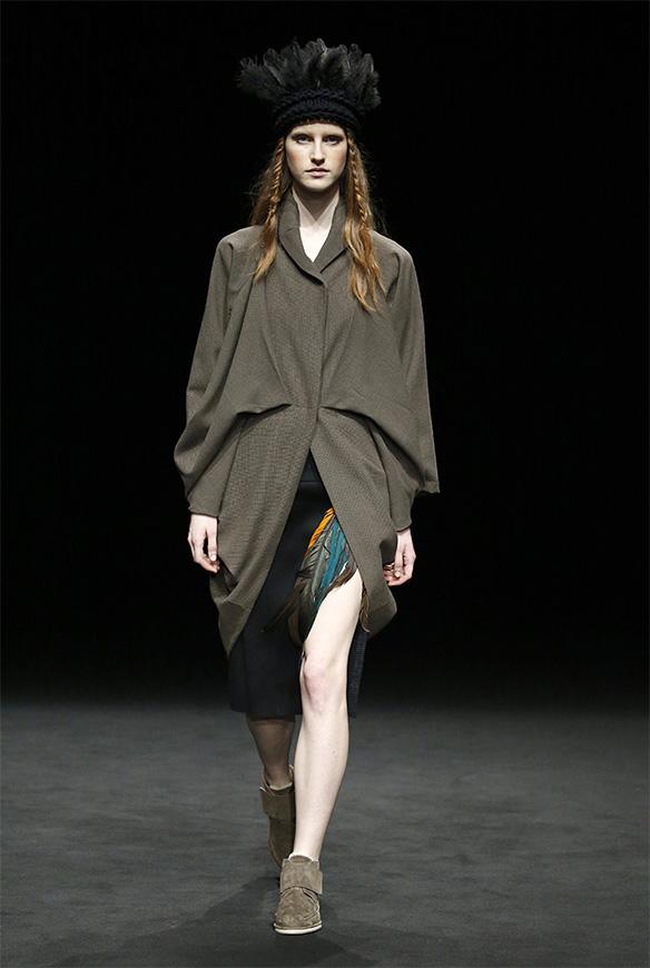 15-colgadas-de-una-percha-las-sorpresas-de-la-080-bcn-fashion-moda-barcelona-desfile-txell-miras-4