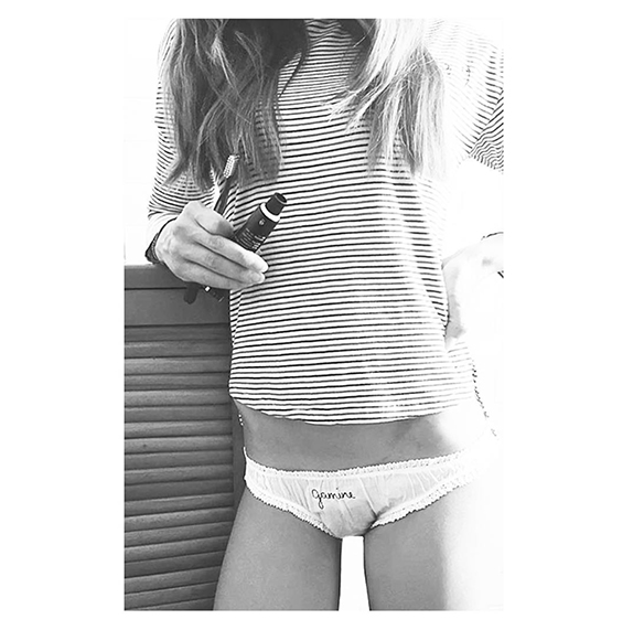 15-colgadas-de-una-percha-san-valentin-lenceria-ropa-interior-lingerie-underwear-saint-valentines-day-henriette-h-8