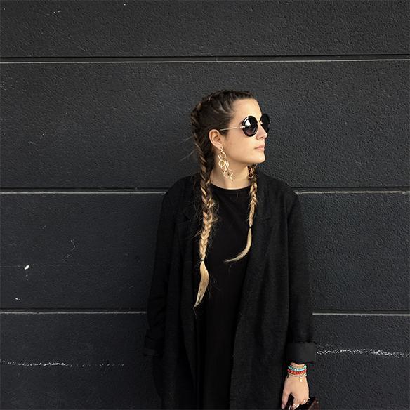 colgadas-de-una-percha-anna-duarte-moda-fashion-overlays-sobreposiciones-black-and-white-blanco-y-negro-double-braids-trenzas-dobles-burdeos-burgundy-3