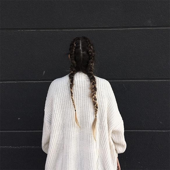 colgadas-de-una-percha-anna-duarte-moda-fashion-overlays-sobreposiciones-black-and-white-blanco-y-negro-double-braids-trenzas-dobles-burdeos-burgundy-7