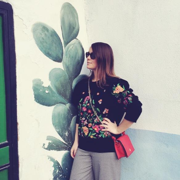 colgadas-de-una-percha-carla-kissler-sudadera-negra-flores-bordadas-mangas-globo-pantalones-pata-de-gallo-rojo-red-hondstooth-pants-balloon-shoulders-embroidered-flowers-black-sweatshirt